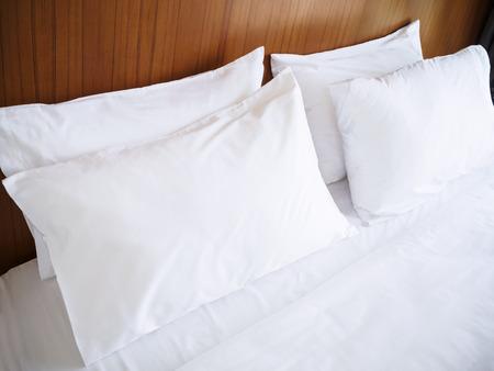 Białe poduszki Comfort Bed Czysta pościel prześcieradło