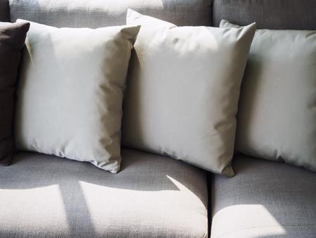 buen vivir: Almohadas en la habitación sofá decoración interior con luz de la mañana