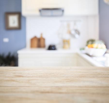 ぼやけキッチン パントリー ホーム インテリアの背景を持つテーブル トップ カウンター