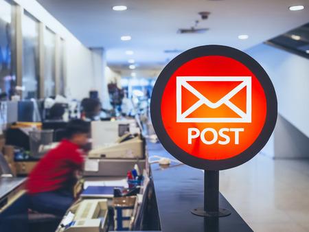 Ufficio postale contatore Signage Sportelli con persone che lavorano