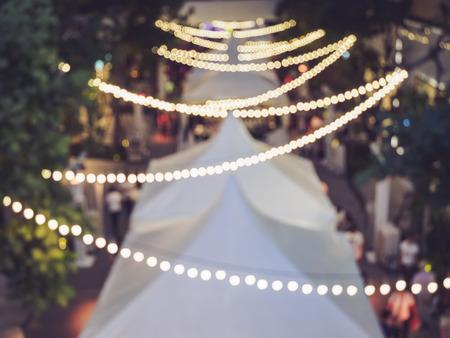 お祭りのイベント パーティーぼやけて人々 背景ライト装飾屋外
