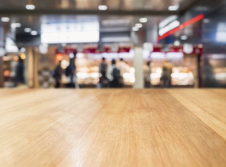 Table Top Blur Retail shop with People shopping Background Фото со стока