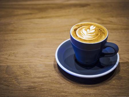 capuchino: Taza de café capuchino en la mesa de madera restaurante tienda de café
