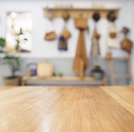 テーブル トップ木製カウンターぼやけてキッチン背景自然の国コテージ スタイル