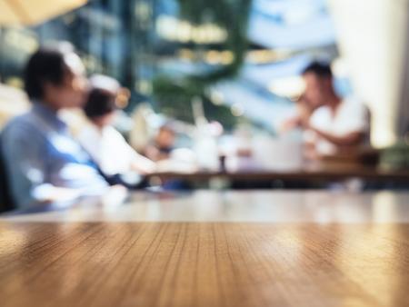 カフェ レストラン テーブル トップ背景にぼやけ人