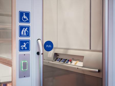 Impianto di risalita per scale per disabili Accessibilità pubblica Design universale Archivio Fotografico - 76523604