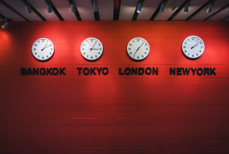 Horloge murale Fuseaux horaires dans le monde Concept de voyage Banque d'images - 77501263