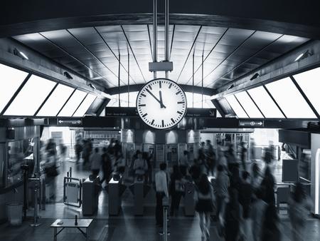 Station Affichage de l'horloge dans la gare Blur people crowd Transport de voyage Banque d'images - 77964892