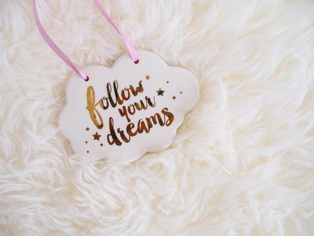Volg je Dream sign Cloud on White Furry Fantasy achtergrond Inspiratie Quote Stockfoto