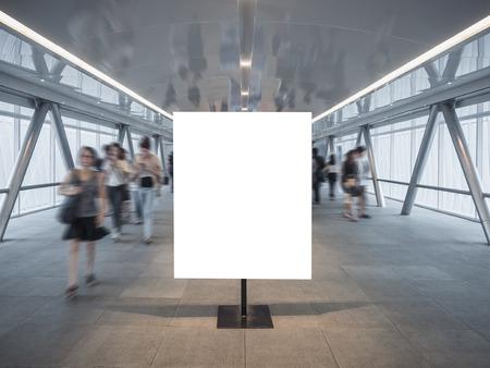 Poster maquette maquette blanc affiche bâtiment flou personnes passerelle Banque d'images - 79727561