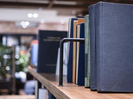 Boeken op boekenplank in bibliotheekonderwijs concept Stockfoto