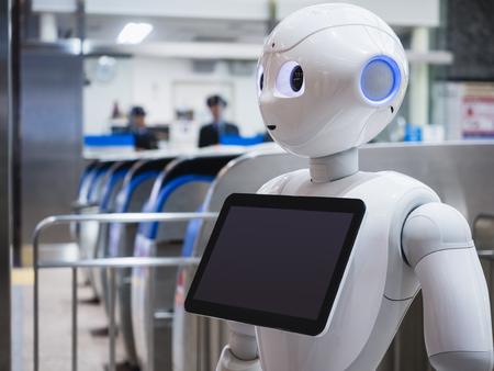 2017 年 4 月 11 日 - 金沢県: コショウ ロボット アシスタントの駅観光局で情報画面が
