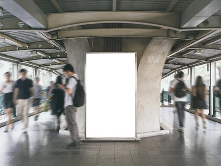 Maquette bannière publicitaire dans un lieu public avec des gens flous qui marchent Publicité dans les médias Banque d'images - 81780046