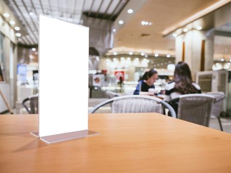 테이블 바에서 메뉴 프레임을 모방 레스토랑 카페 배경 사람들과