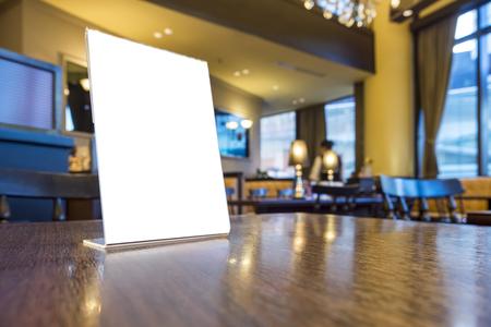 테이블에있는 메뉴 프레임을 모의 술집 레스토랑 카페 배경