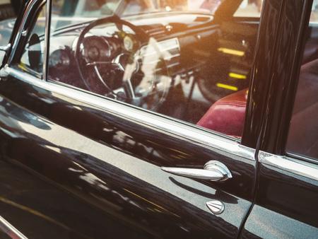 ビンテージ車の古典的な車レトロ スタイルのドア処理ダッシュ ボード