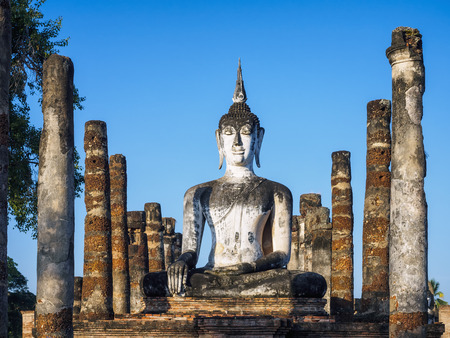 スコータイ歴史公園タイ仏像塔建築列