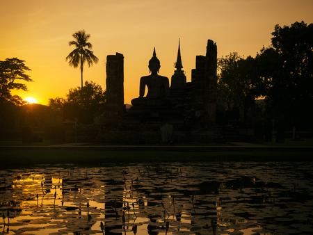 スコータイ歴史遺産タイ シルエット サンセット シーン 写真素材