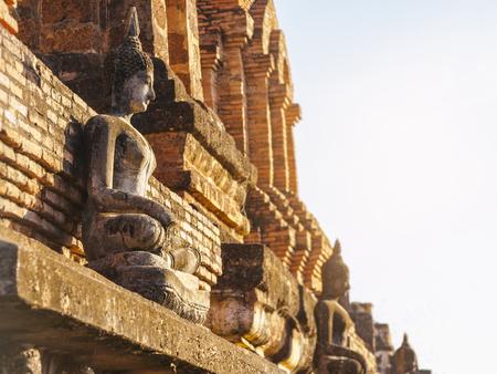 スコータイ歴史公園タイで寺院の壁に仏像