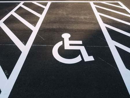 Handicap rolstoelteken Prioriteit Parkeerplaats buiten parkeerplaats Stockfoto - 83699304