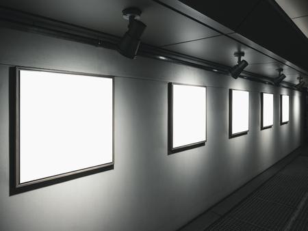 조명으로 벽에 프레임을 모티프 갤러리 실내 전시 스톡 콘텐츠