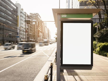 버스 쉼터 미디어 옥외 거리 표지판에서 빌보드 배너 템플릿을 모의