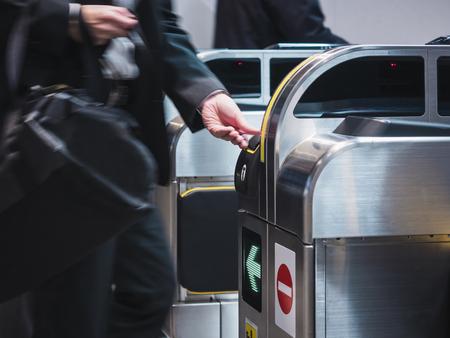 人々 は鉄道駅でチケット入り口にチケットを挿入します。 写真素材 - 86947400