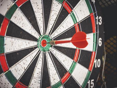 赤い矢印ヒットセンター目標の目標コンセプトのダーツボード 写真素材