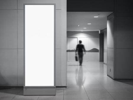 Stand de boîte à lumière verticale bannière blanc bâtiment public avec des gens d'affaires de flou Banque d'images - 90872407