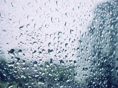 Regendruppel op glazen venster Blur achtergrond
