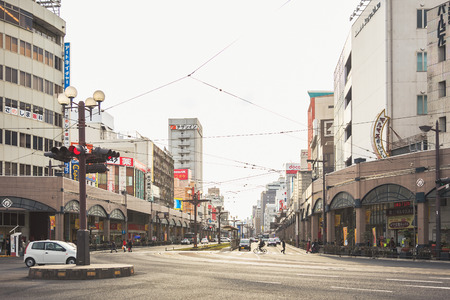 KYOTO, JAPAN - FEB 29, 2012 : Kyoto City street in Downtown Building Architecture urban Transportation 新聞圖片