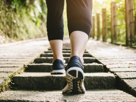 Frau Spaziergang Schritt Übung Sport Training Rucksack Spur Standard-Bild