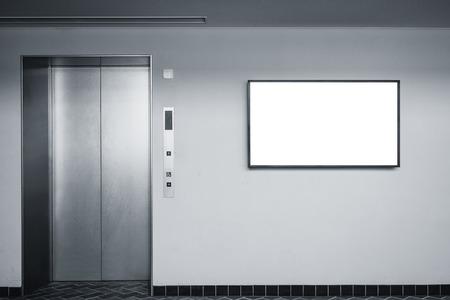 Signe d'écran vide sur le mur du bâtiment intérieur avec ascenseur