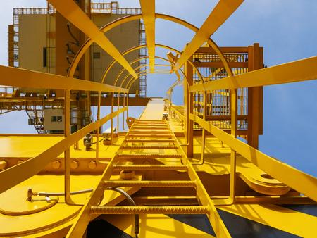 Containerkran am Hafenterminal heben Transport Versand Logistik Frachtlager Geschäft Standard-Bild