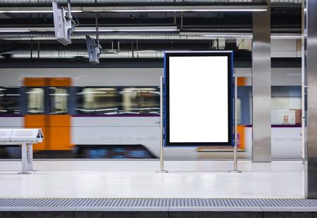 Mock-up-Board-Banner-Poster in der U-Bahn-Station Blur-Zug-Bewegungshintergrund