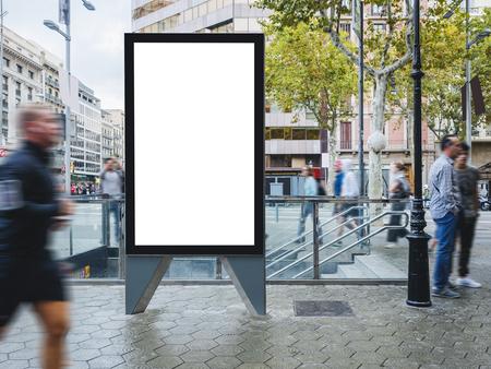Mock-up-Banner-Schild-Ständer Medien im Freien mit Menschen, die die Stadtstraße gehen Standard-Bild