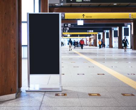 Mock up Board Sign stoisko na dworcu kolejowym z chodzącymi ludźmi Zdjęcie Seryjne