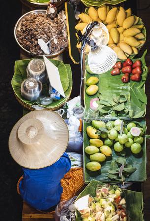 Mercado flotante de frutas frescas tailandesas Mango Banana puesto de comida callejera Asia Travel Tailandia