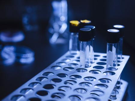 Reageerbuis in rek Wetenschapslaboratoriumapparatuur Onderzoek en ontwikkeling Medische technologie Stockfoto