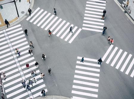 Gente caminando Cruzando la señal de la calle Vista superior Paso de peatones en el tráfico de la ciudad