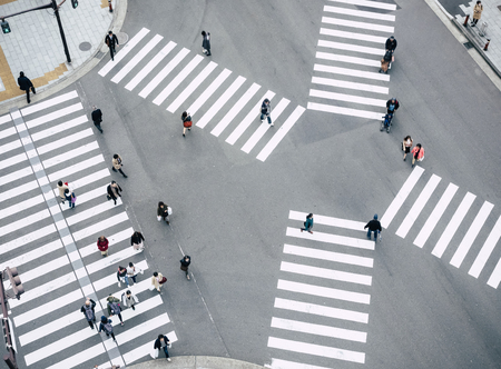 Persone che camminano attraversando il cartello stradale Vista dall'alto Crosswalk nel traffico cittadino