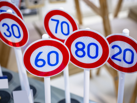 Señal de límite de velocidad Señalización de reflexión Escala de modelo
