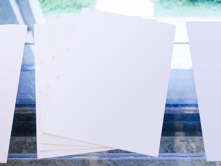 Folleto de maqueta de papel en blanco sobre la mesa Medios de impresión de folletos Foto de archivo