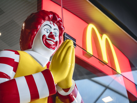 BANGKOK, TAILANDIA - 14 DE MARZO DE 2019: Mascota de Mc Donald de estilo tailandés en frente de la tienda Tailandia Ronald McDonald saludo WAI Editorial