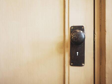 Maniglia della porta con buco della serratura su porta in legno Home Interior dettaglio