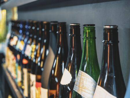 Bottiglie di sake Bevanda alcolica giapponese Sfondo bar