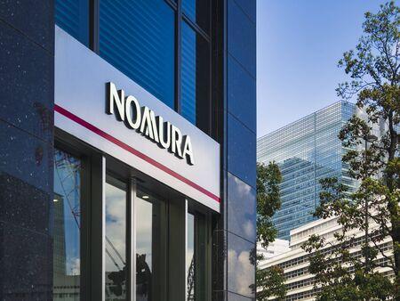 TOKIO, JAPÓN - ABR 18, 2019: Nomura Holdings holding financiero japonés Sede de servicios financieros bancarios en Nihonbashi Tokio Japón Editorial