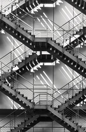 Dettagli dell'architettura esterna dell'edificio moderno della scala delle scale antincendio Archivio Fotografico