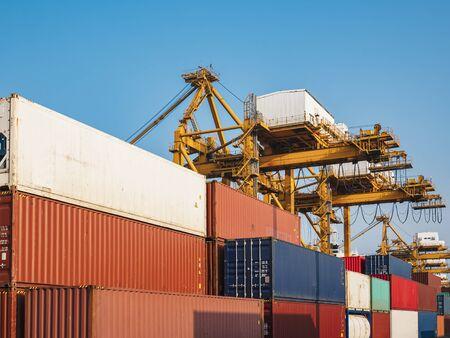 Containerverladung Frachtfrachtversand mit Industriekran Import Exportgeschäft Logistik Transportindustrie