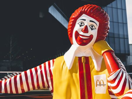 BANGKOK, THAILAND - 10 OCT, 2019 : Mcdonald Mascot relax smile on bench Brand Figure shop outdoor Redakční